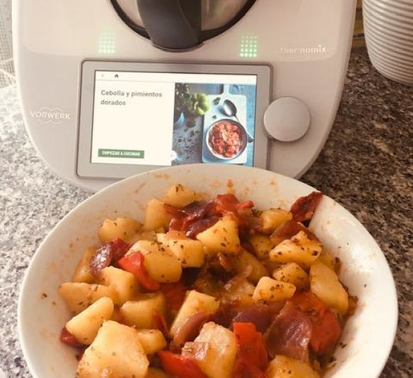 Ricas patatas, cebolla y pimientos en alta temperatura con Thermomix®